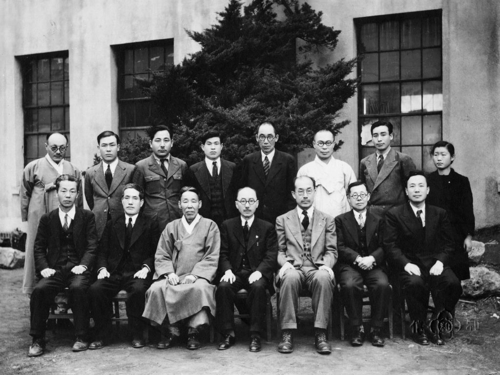 Black and white photograph of fifteen Korean men in two rows. They were the directors and members of the dictionary staff from the Korean Language Research Society in Seoul, Korea.